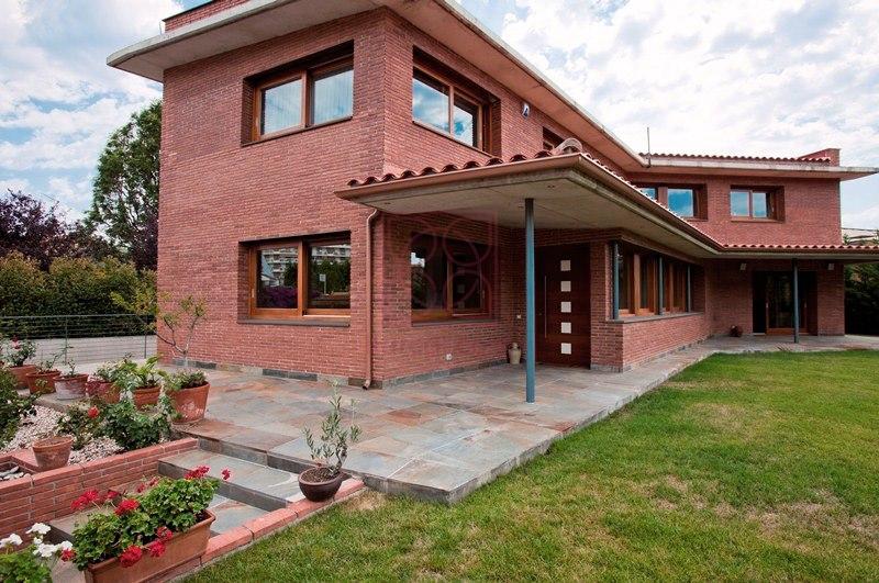 Casa en Cabrera de mar. Solidez exterior y diseño interior.